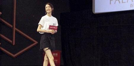 佟丽娅穿白T配短裙大秀美腿