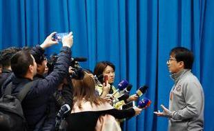 文艺界小组会议:成龙被记者包围