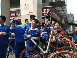 长沙学生走上街头整理共享单车 呼吁文明出行