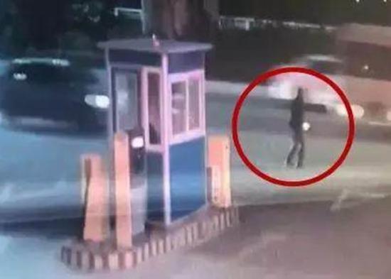 一名疑犯(红圈示)正在路旁等待受害人驾车经过