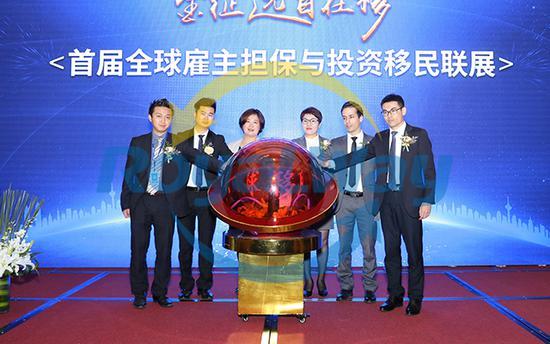 金征远皇家移民总裁Jenny Jin女士(中)与部分高层及希腊移民律师开启全球移民联展光电球