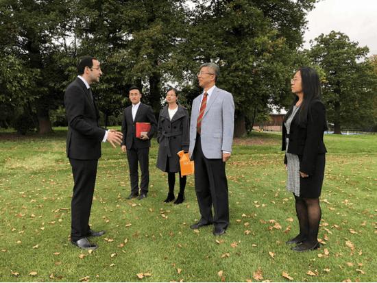 圣约翰中学副校长Alexander Tardios与金吉列留学英国探访团的小伙伴合影