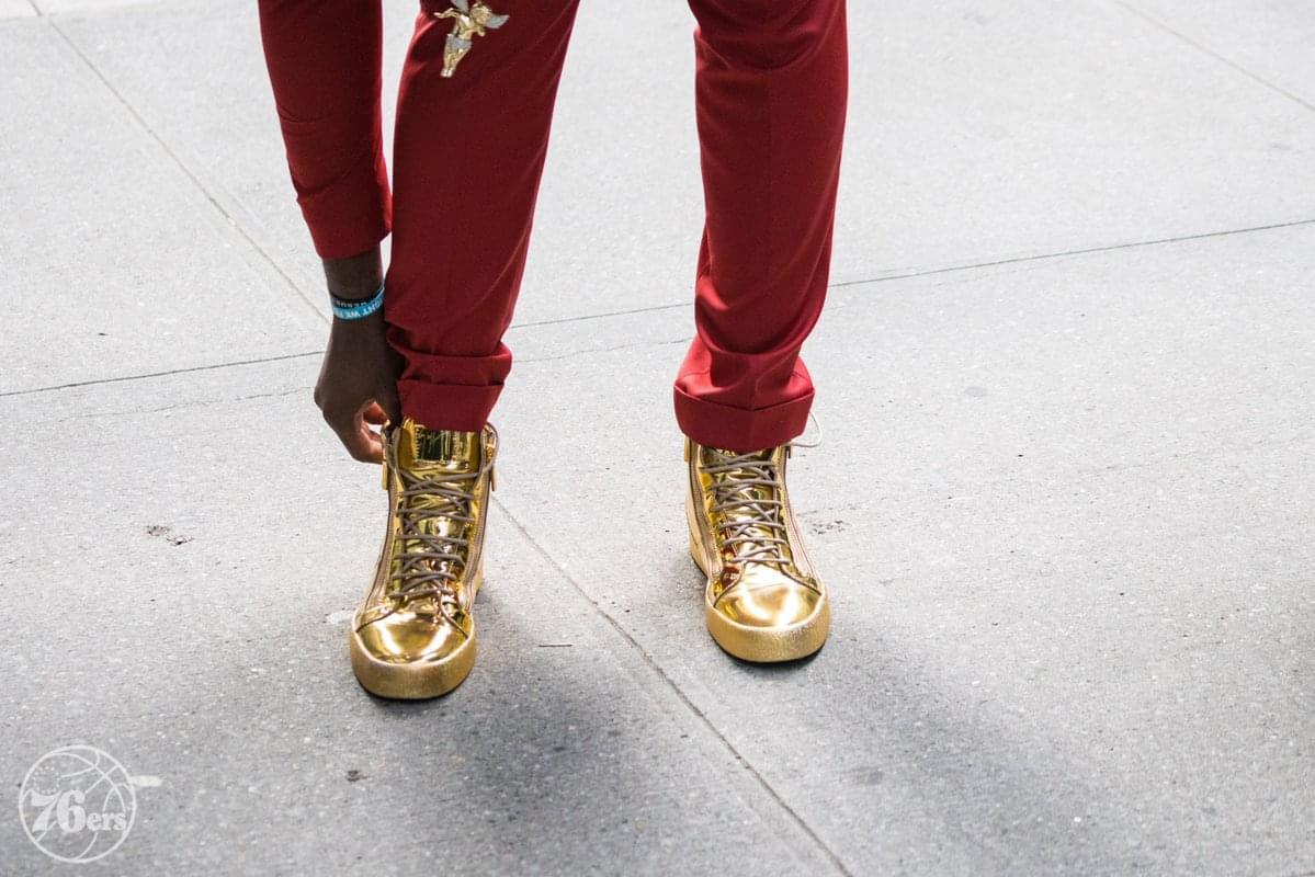恩比德將代表76人進行抽簽 穿紅衣+金色戰靴現身