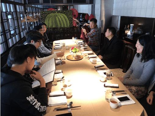 就餐前,金吉列留学总裁冉维一先生与日本留学生代表交流在日生活