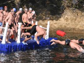 长沙市冬泳爱好者挑战低温500米环岛游