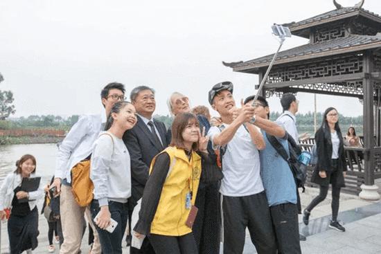 """海内外作家与中大新华师生泛舟""""后在湖边自拍"""