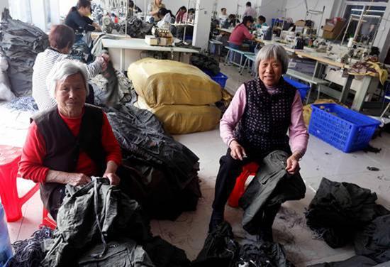 75岁的陪读奶奶,每天剪线头攒钱买鸡块给孙子