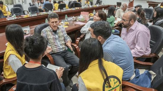 中大新华学子与海内外作家面对面进行热烈交流