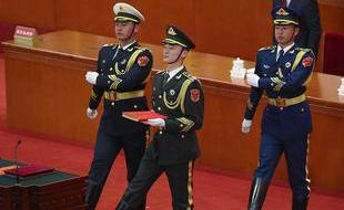 宪法宣誓仪式:礼兵护送宪法入场