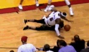 這球品!LBJ手臂撐地防壓到對手 記得他護朗多嗎?