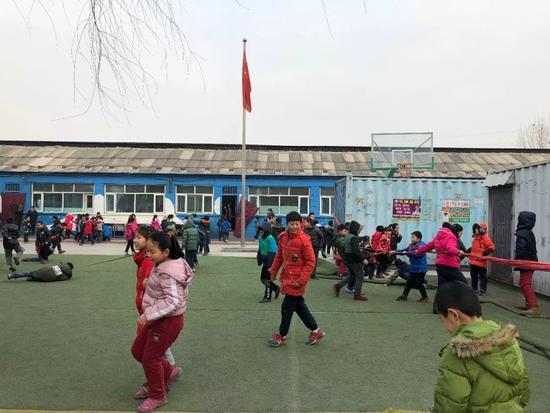 俞敏洪走进民工子弟学校:命运非天定 要靠努力学习去改变