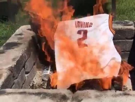 克裡夫蘭有這傳統? 騎士球迷公開焚燒厄文球衣