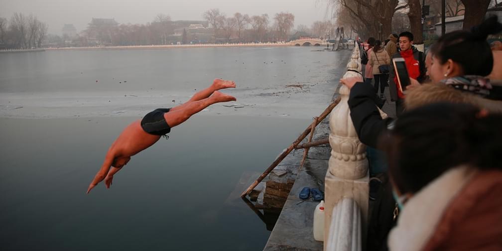 北京老夫妻在什刹海坚持冬泳30年