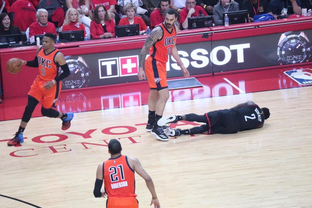 狠角色!亞當斯擋拆撞倒貝弗利 黑貝趴地觀眾驚呆