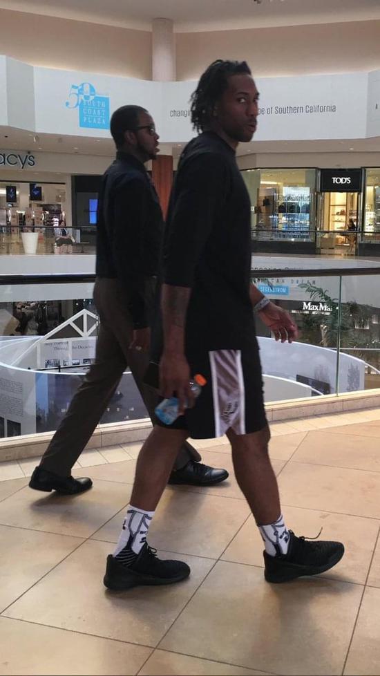 升級中?網友偶遇萊納德 披頭散發+穿球褲出門