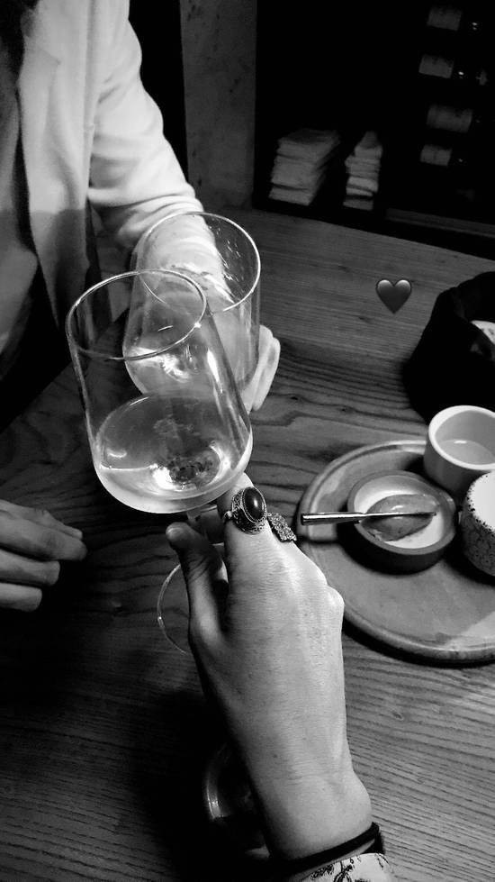 莎娃与男友共度生日前夜?晒豪车香槟烛光晚餐 虔诚许愿贼少女心