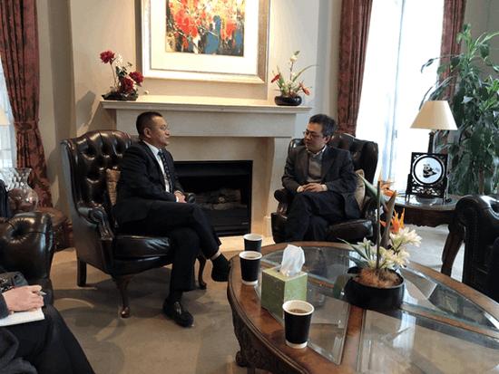 (右)中国驻墨尔本总领事馆教育组领事杨智勇先生、(左)金吉列留学董事、移民董事长宫小平先生