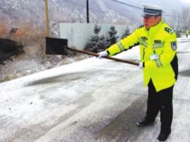 七里河交警大队派民警清除路面积冰