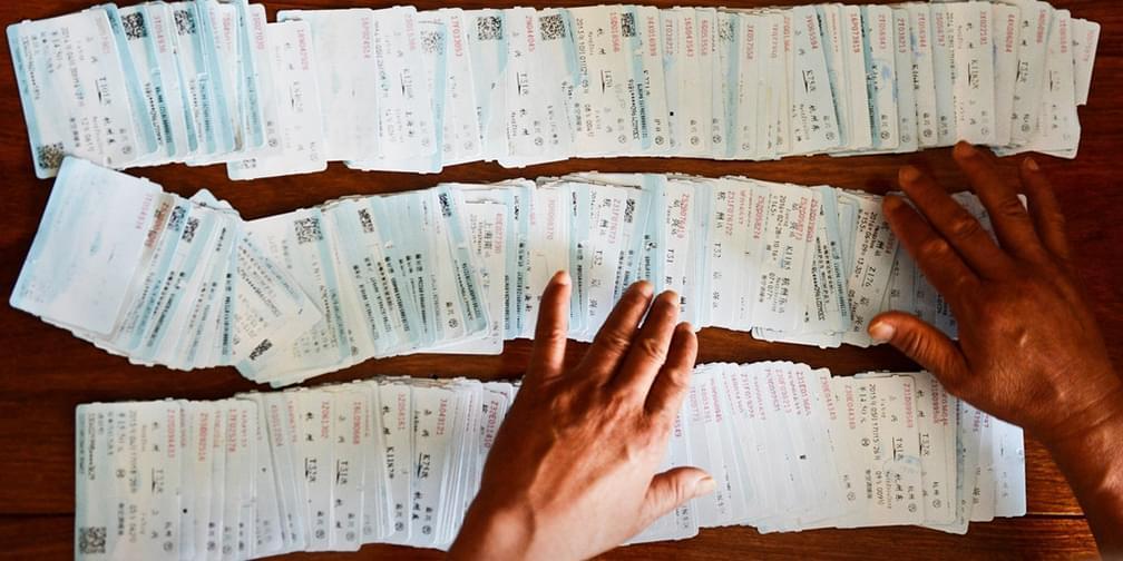 父亲照顾异地艺高女儿 三年攒200张车票