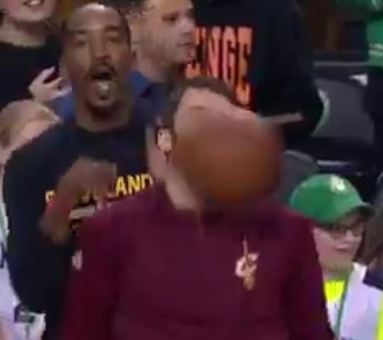 畫美不看!勒夫遭球砸到 JR將其擁入懷中做
