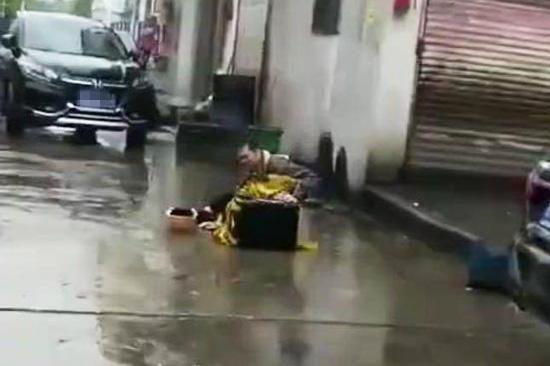 外卖小哥丢车雨中痛哭是作假:摆拍视频有暴利