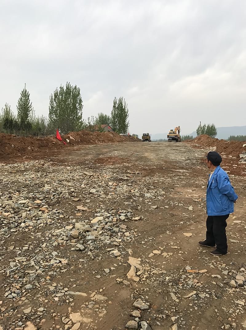 孟现学说,村民的耕地被修路所占用。