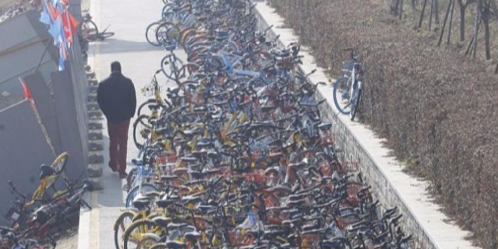 """湘江风光带成停车场 共享单车""""成灾""""堆积如山"""