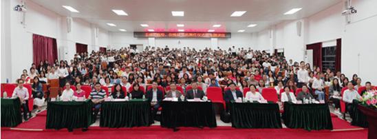 王缉思教授、倪峰研究员与我校领导、师生合影留念