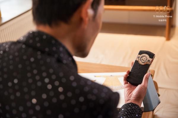 故宫推出贺岁版皇家奢华手机:售价19999元的照片 - 17