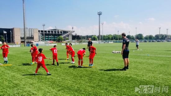首个中国足球青训营登陆比利时 体验红魔的养成模式