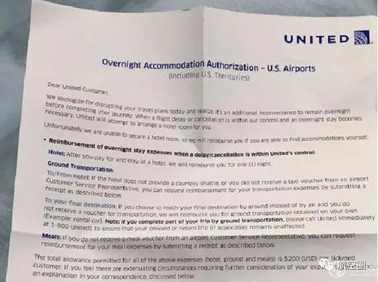 美联航航班晚点让睡机场 旅客怒斥如睡太平间