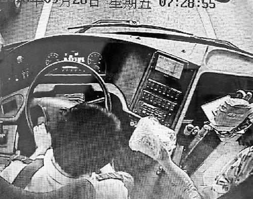 小学生上错公交车幸遇热心司机 孩子感恩回敬礼物