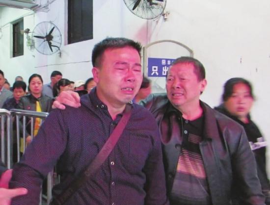 10月19日,株洲火车站,周春雨(左)29年再次回到株洲,情绪十分激动。受访者供图
