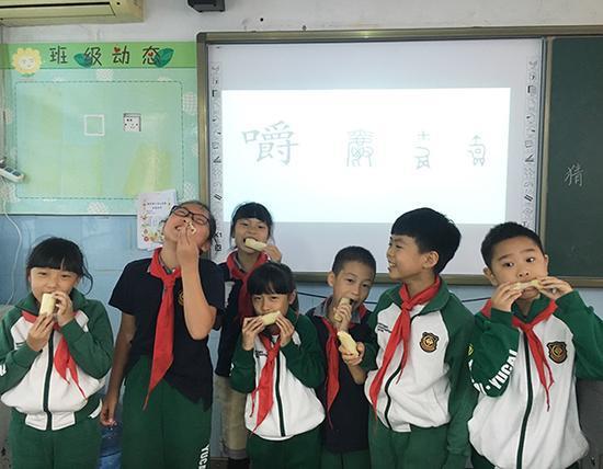 """学生们七个一组走上讲台演示""""嚼""""的动作 本文图均为 周玲玲 图"""