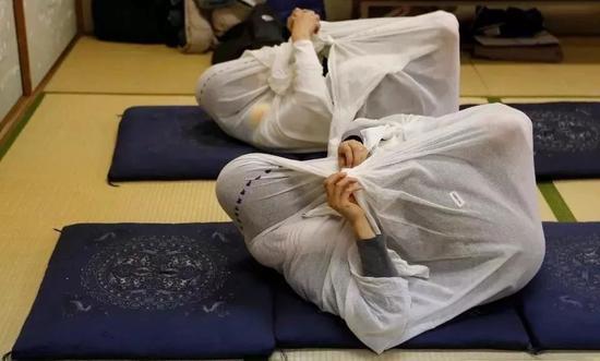 岛国流行成人裹布束缚减压法,男女老少都在玩