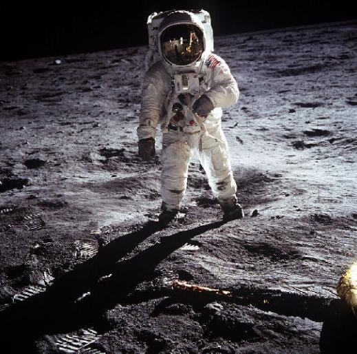 还点什么心形蜡烛 十年内你就能上月球求婚了