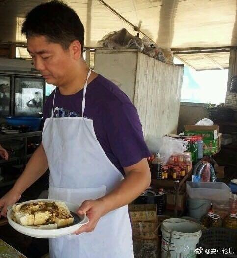 这样的刘强东你绝对没见过 砍柴拉车烧饭样样精通的照片 - 4