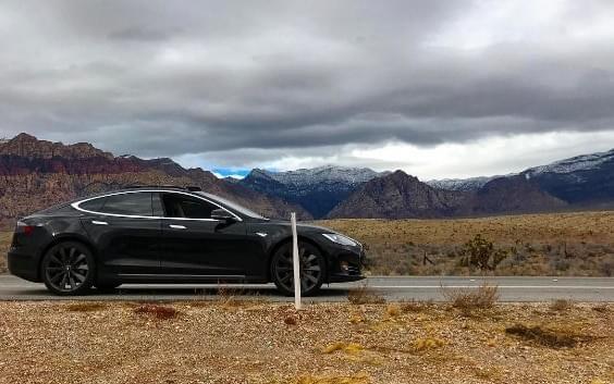 特斯拉无钥匙驾驶功能存在技术缺陷 导致车主被困沙漠的照片