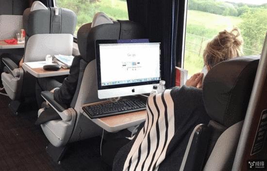 女乘客在火车上使用iMac  完美展示便携性