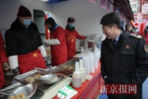 北京食品药品监管部门大年初一检查庙会肉串
