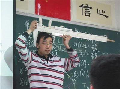 李永乐在课堂上讲解游标卡尺的用法。受访者供图