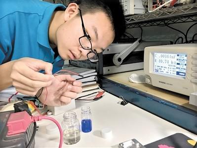这个电子实验室的主人只有17岁!5岁设计光控灯笼