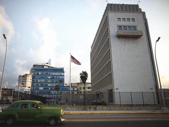 """9月21日,古巴首都哈瓦那,一辆""""老爷车""""从美国驻古巴使馆前驶过。(图片来源:新华/路透)"""