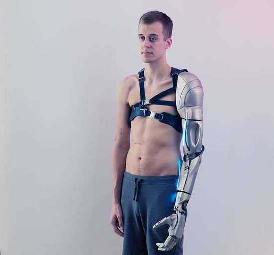 当人与金属结合:身体黑客重塑人体变超人