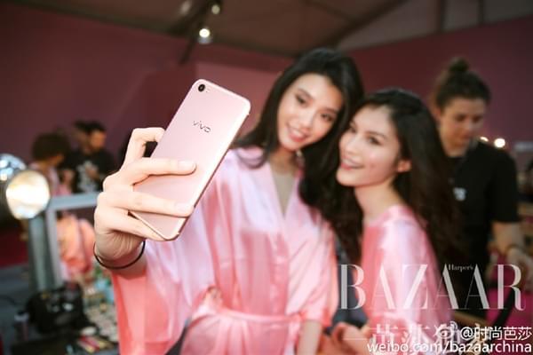 维密超模持国产手机自拍:粉色睡衣诱惑的照片 - 4