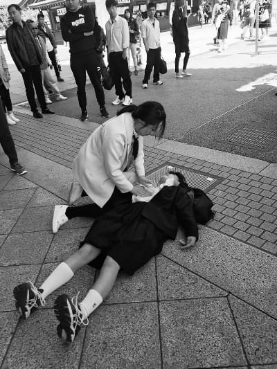 河南护士东京救女生  日本中学生集体鞠躬致谢