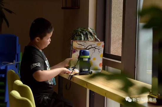 2018年9月15日,安徽省合肥市廬江縣,孩子們正在鑿壁偷光圖書城里閱讀。新華社記者 郭晨 攝