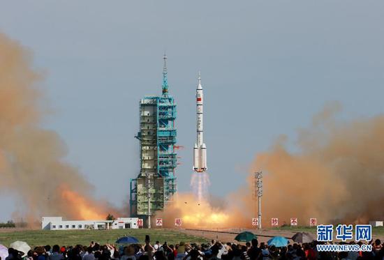 长征2F是我国唯一带逃逸塔(顶部)的火箭,因而是目前载人航天指定火箭。 (图片来源:新华网)