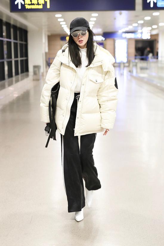 2月24日,张天爱现身上海机场
