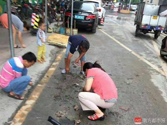 """廣州大水""""洗劫""""珠寶城 市民挖泥尋寶"""